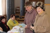 Věra a Vendelín Kellnerovi byli jedněmi z prvních voličů ve volební místnosti v budově bruntálského městského úřadu.