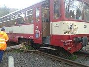 Kvůli stromu spadlému na trať u Brantic vykolejil ve 4 hodiny ráno osobní vlak 3500 jedoucí z Krnova do Moravského Berouna.