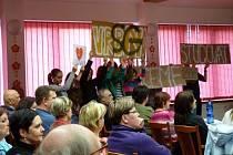Studenti na zastupitelstvu ve čtvrtek 27. března rozvinuli transparenty, které odmítají zrušení vrbenského sportovního gymnázia.