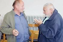 Jaroslav Pizur (vlevo) a Jaroslav Vymazal (vpravo) jsou pravidelnými účastníky zasedání bruntálských zastupitelů. Když Jaroslav Pizur začal jezdit do Prahy na zasedání Rady České televize, mělo to nepředvídatelné následky.
