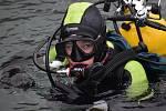 """""""Proč se potápím? Protože pod vodou je to nádherné,"""" říká čtrnáctiletý potápěč Honza  Patterman z Karlovic.  Jeho hobby pomáhají rozvíjet otec Jan  Patterman senior a potápěčský instruktor Roman Kudela."""