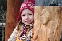 Malé řezbářce Julii Hulejové je teprve sedm let. Anděla pro lepší svět sama vyřezala a vyzdobila jím prezidentské muzeum v Lánech.