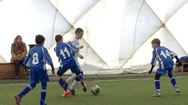V hlučínské nafukovací hale sehráli mladší žáci FC Slavoj Olympia Bruntál přípravný turnaj, ze kterého si přivezli z ligové konkurence šesté místo.