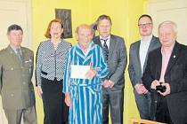 K narozeninám a medaili přišli Pavlu Bednárovi popřát zleva Václav Krejčí, Eva Holčapková, Antonín Zgažar, Petr Rys a Pavel Rapušák.