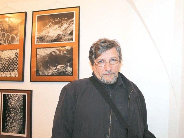Bruntálský fotograf Vlastimír Brabenec. Jeho snímky si mohou diváci nyní prohlédnout v bruntálské Galerii v kapli.