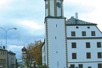 Náměstí v Rýmařově. Na rekonstrukci náměstí Míru se vedení Rýmařova připravuje už několik let. Její součástí je mimo jiné sjednocení dlažby, obnova mobiliáře a výsadba nové zeleně.