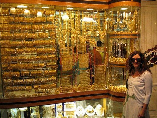 Pohádkově bohatá Dubaj je místem, kde kyperský geolog Jorgos Chomonides našel práci. Jezdí za ním jeho dcera, pražská lékařka Victoria Chimonidu (na snímku) i jeho manželka Zuzana Chimonidu, rodilá Krnovačka. Ta žije se synem Kostasem na Kypru.