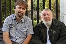 Předseda občanského sdružení Jesenický kamzík Zdeněk Pavlíček (vlevo) a Jiří Mlčoušek, bývalý lesák a odborník na chov kamzíků v Jeseníkách.