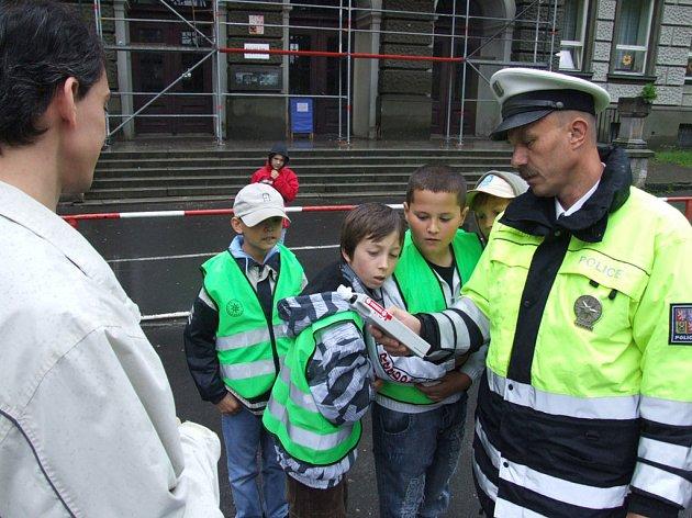 Dopravně bezpečnostní akce s názvem Jezdíme s úsměvem se účastnily spolu s policisty děti ze Základní školy na Hřbitovní ulici v Krnově. Řidičům, kteří dodržovali předpisy, rozdávaly žáci obrázky autíčka s úsměvem, provinilci byli pokutování policií.