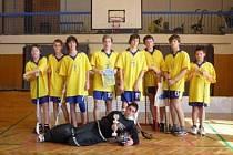 Vítězné družstvo florbalových starších žáků z bruntálské základní školy Okružní 38.