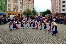 Řecké dny v Krnově letos potrápily přeháňky, ale tanečníci ani diváci si nedali pokazit hezký zážitek.