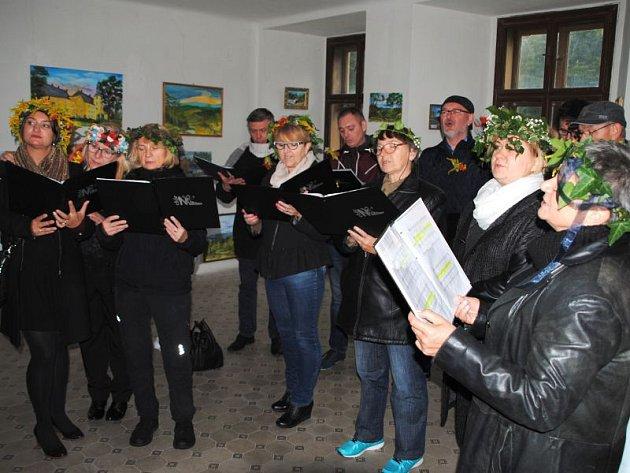 Divadelní soubor Trochę Lipa během představení Věnce. Některé pasáže provázel soubor Chór na obsacach.