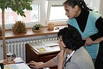 Mirka Grešková (nahoře) doplácí na úsporné škrty na ministerstvu. Je nefér, že změny přišly během školního roku. Na snímku s ředitelkou Pavlou Pasekovou.