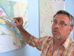 Radek Sijka, starosta Nových Heřminov, i jeho kolegové v zastupitelstvu slíbili svým voličům odmítavý postoj k přehradě. Teď je za to kritizují letáky, které v obci rozšiřuje státní podnik.