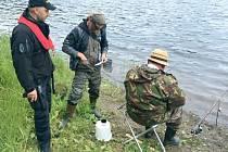 Policisté spolu s pracovníky Rybářské stráže kontrolovali dodržování předpisů při rybolovu na Slezské Hartě.
