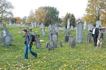 Židovský hřbitov v Osoblaze se dochoval do dnešních dnů. Tvoří ho 313 náhrobků unikátního typu. Z rodokmenu čerstvého nositele Nobelovy ceny Martina Karpluse vyplývá, že jeho předci žili v Osoblaze.