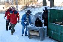 Po nepřizpůsobivých obyvatelích Dlouhé ulice v Bruntále zůstal kolem kontejnerů a domů odpad. Do jeho likvidace se pustilo občanské sdružení Liga. První kontejner uklízeči naplnili během deseti minut.