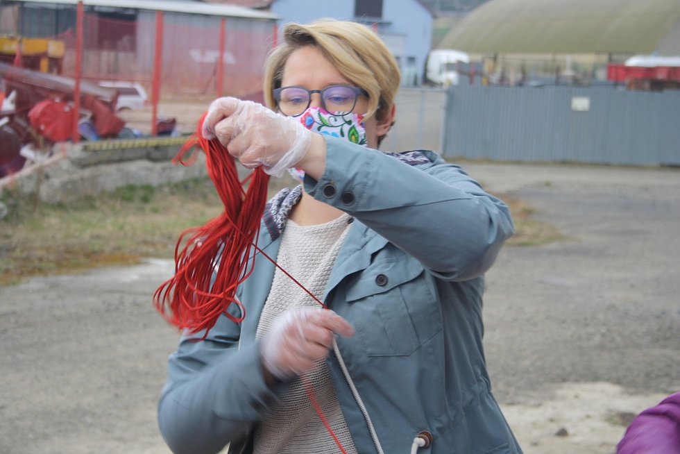 Šňůrky všech barev a materiálů zdarma v Krnově vydala ze svého skladu firma VEMAT-CZ, aby podpořila domácí šití roušek kovidek.