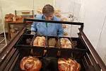 Chléb, upečený z darované mouky v pekárně Mariinka.