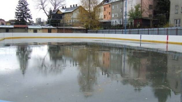 Výroba ledu na zimním stadionu v Rýmařově je kvůli teplému počasí velmi nákladná. Proto se zde zatím bruslit nebude.