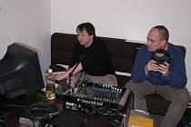 Kamil Trávníček si sundal sluchátka a přemýšlí, jak má dívkám říci, že tuto skladbu si představuje ještě lépe odezpívanou.