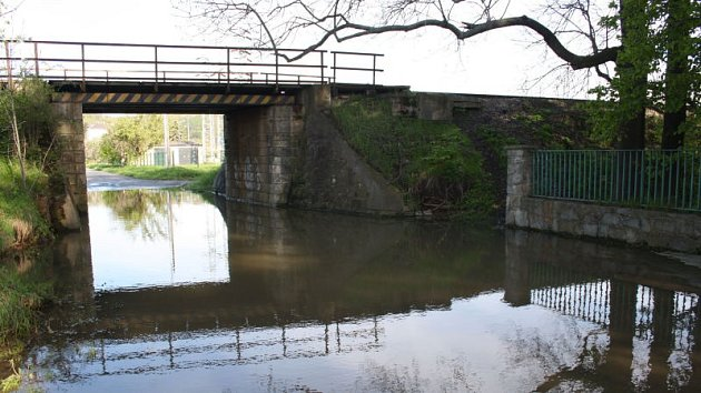 Chářovská ulice v Krnově se pod železničním mostem už zase změnila v jezírko. Při každém silnějším dešti zde řeší záplavu dopravní značka se zákazem vjezdu.
