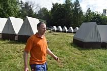 Vodní skauti na břehu Slezské Harty u Roudna postavili tradiční tábor z podsadových stanů.