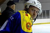 Michal Tošenovjan. Mladý hokejista přičítá nevyrovnané výkony ze začátku soutěže hlavně nerozehranosti a nesehranosti, všechno se ale bude zlepšovat.