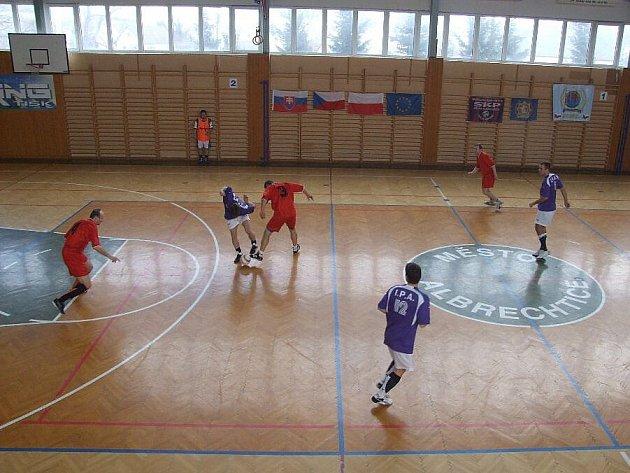 Upevnění a rozvinutí přátelských vztahů bylo hlavním úkolem mezinárodního turnaje v sálové kopané ve Městě Albrechticích.