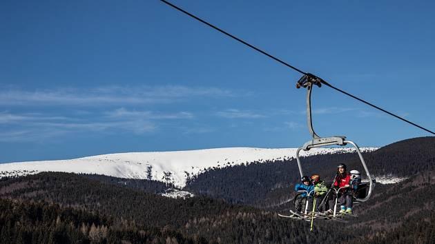Čtyřsedačková lanová dráha Karlov Ski Express se v Jeseníkách.