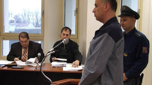 Obžalovaný čtyřicetiletý Jiří A. přijel k bruntálskému soudu z vězení na Mírově, kde si odpykává trest za drogové delikty.
