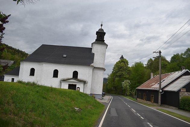 Šikmý kostel vLudvíkově není optický klam, ale záhada. Nikdo neví, jak a kdy došlo knáklonu kostela směrem ksilnici. Proč se otéto pozoruhodné raritě nezmiňují turistické průvodce Jeseníků?