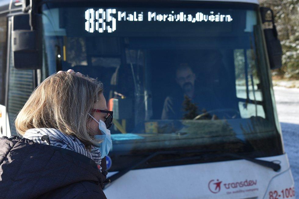Cesta autobusem z Hvězdy na Ovčárnu v zimě. Ilustrační foto.