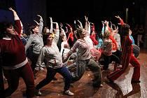 Flash je krnovská taneční skupina, která pravidelně sbírá úspěchy na celostátní úrovni. Ke dvacátým narozeninám, které Flash slavil v krnovském divadle,  přišel pogratulovat i moderátor Leoš Mareš.