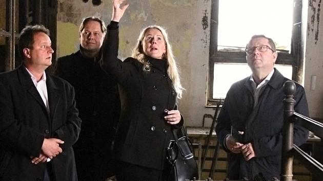 Ministr kultury Antonín Staněk navštívil Krnov a prohlédl si bývalou textilku Karnolu, kterou loni v prosinci poškodil velký požár.