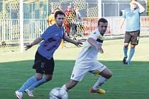 Krnovským fotbalistům se začátek nové sezony nepovedl. Na snímku vpravo Adam Ondra.