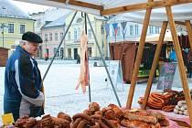 V Bruntále se ve středu 17. února konaly první letošní farmářské trhy. Budou se na náměstí Míru konat každých čtrnáct dní. Lidé si mohli nakoupit zabíjačkové dobroty, uzeniny, sýry, koření, pečivo a další produkty.