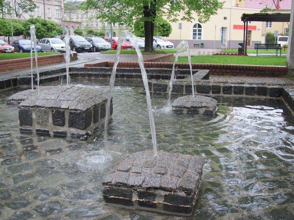 Dlažební kostky slouží nejen jako kočičí hlavy, ale díky pověstnému českému kutilství se také mohou změnit vpraktickou fontánu.