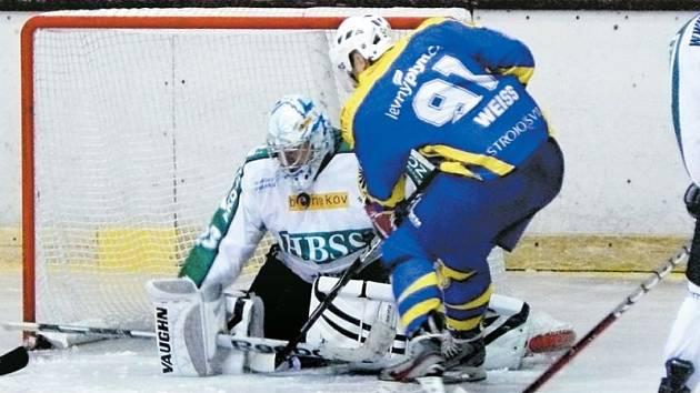 Tradiční derby krajské hokejové ligy svedlo dohromady Horní Benešov a Krnov. Tentokrát byli úspěšnější Hornobenešovští, kteří na svém ledě Krnov porazili. Na snímku před gólmanem Vlašánkem Jan Weiss.