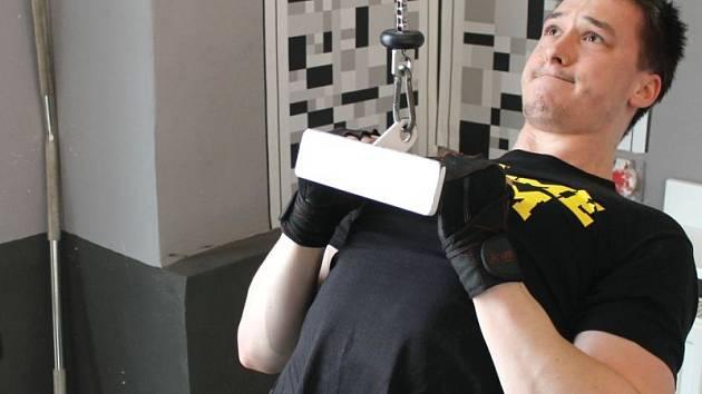Svaly jen hrají na těle bruntálského kulturisty Petra Mory. Oblíbenou posilovnou tohoto sportovce je Fitness Herkules Bruntál v Opavské ulici.