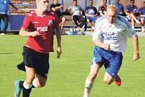 Povedený výkon předvedli bruntálští fotbalisté v Polance. Na snímku vpravo bojuje o míč Zdeněk Orság.