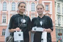 Do vybírání peněz v rámci sbírky Světlušky se v Krnově pustily i studentky Stela Cebotari (vlevo) a Kateřina Řezníčková (vpravo).