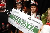 Šek na sto tisíc korun v rukou omladiny z Jeseníku nad Odrou, která si pro slavnostní předávání ceny připravila kulturní vystoupení.
