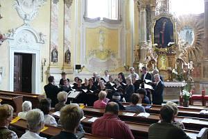 Chrámový sbor z poutního kostela v Biberbachu koncertuje v krnovském poutním kostele na Cvilíně.