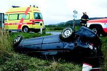 Osobní automobil skončil v příkopu.