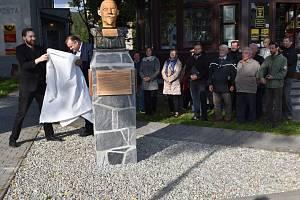 Slavnostní odhalení busty českého spisovatele Josefa Lowaga ve Vrbně pod Pradědem.