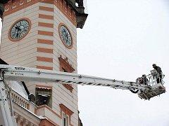 Krnovskou radnici zkoumali zblízka hasiči pomocí vysokozdvižné plošiny.