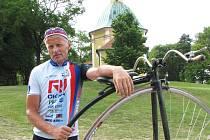 Josef Zimovčák a jeho velociped.