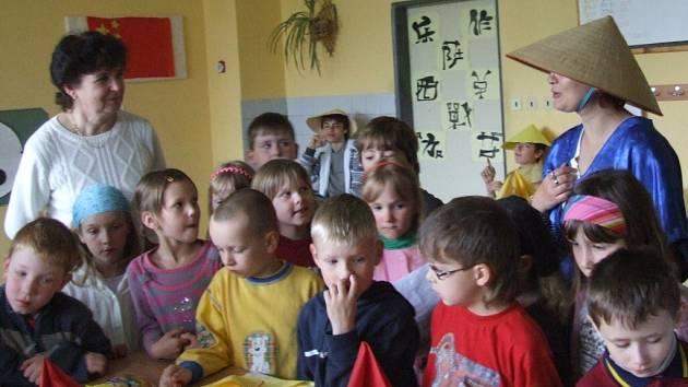 Žáci Základní školy na Žižkově ulici prezentovali na Den Země nejrůznější národy včetně jejich historie či obyčeji.