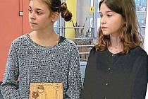Cenu Anděl pro lepší svět obdržel v minulosti i Václav Havel. Na snímku ji ukazují žákyně ze Základní školy Holečkova jako poctu Egonu Redlichovi.